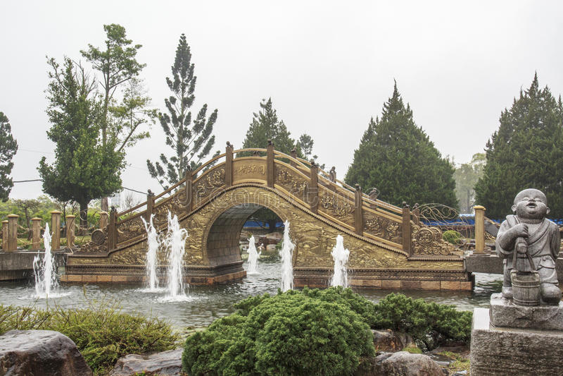 Γέφυρα Yuan Tong στο μοναστήρι chung-tai Chan στοκ φωτογραφία με δικαίωμα ελεύθερης χρήσης