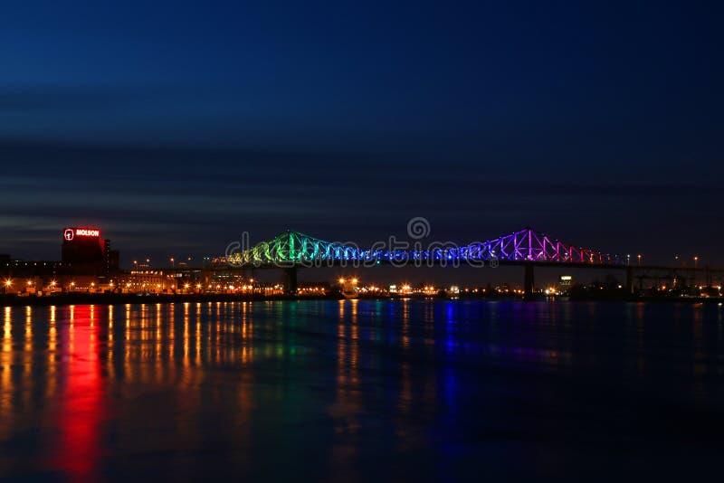 Γέφυρες Ζακ Καρτιέ με χρώματα ουράνιου τόξου πάνω από τον ποταμό St Lawrence στοκ φωτογραφία