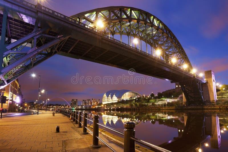 Γέφυρες πέρα από τον ποταμό Τάιν στο Νιουκάσλ, Αγγλία τη νύχτα στοκ εικόνες