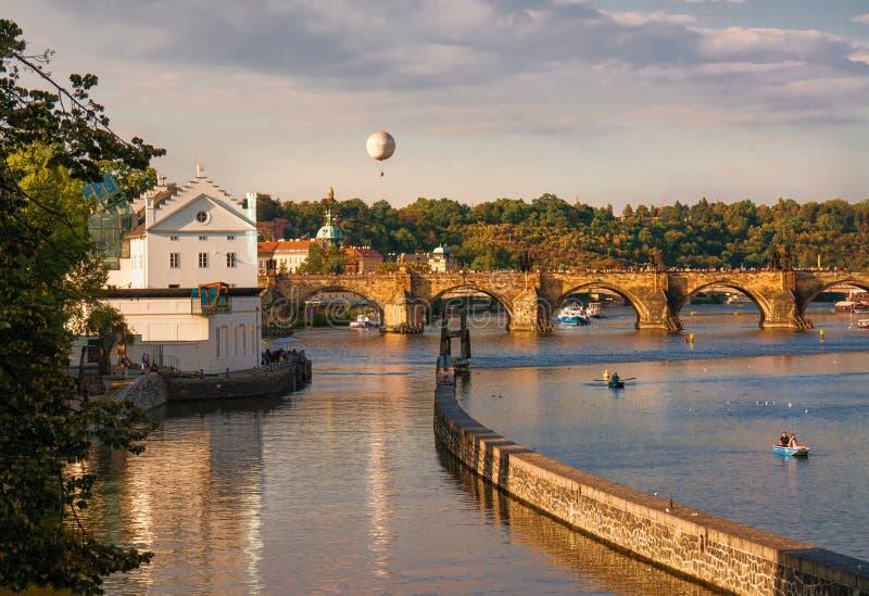 Γέφυρες της Πράγας Ηλιοβασίλεμα στον ποταμό στοκ φωτογραφία με δικαίωμα ελεύθερης χρήσης