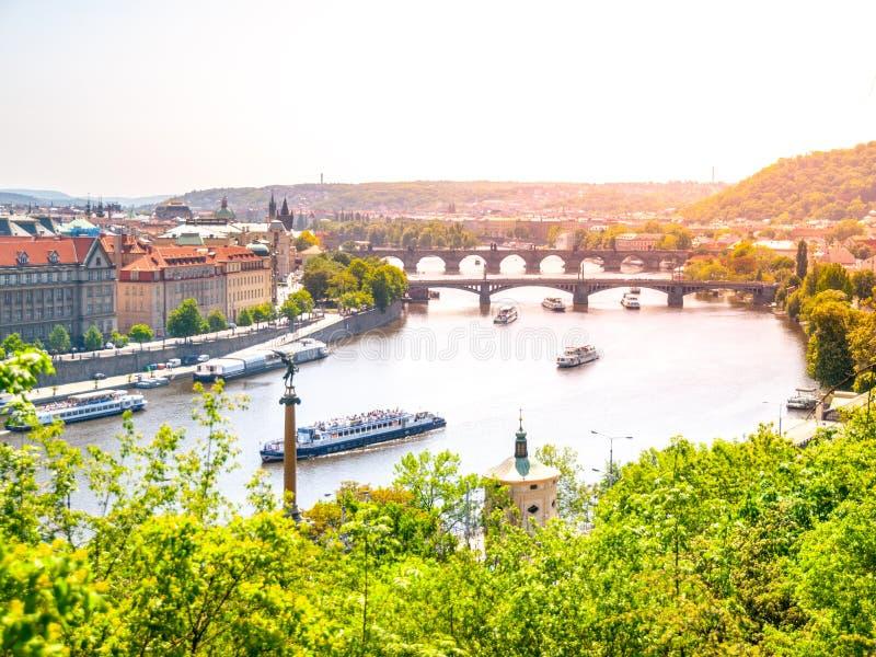 Γέφυρες της Πράγας πέρα από τον ποταμό Vltava την ηλιόλουστη θερινή ημέρα Φυσική άποψη από Letna Πράγα, Δημοκρατία της Τσεχίας στοκ εικόνες
