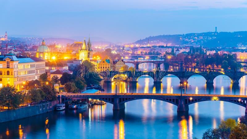 Γέφυρες της Πράγας πέρα από τον ποταμό Vltava το βράδυ, Πράγα, Δημοκρατία της Τσεχίας στοκ εικόνα με δικαίωμα ελεύθερης χρήσης