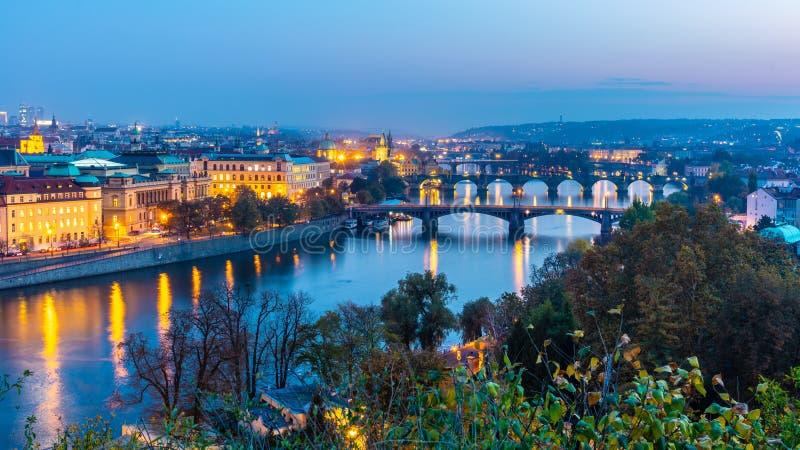 Γέφυρες της Πράγας πέρα από τον ποταμό Vltava το βράδυ, Πράγα, Δημοκρατία της Τσεχίας στοκ φωτογραφία με δικαίωμα ελεύθερης χρήσης