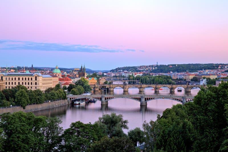 Γέφυρες της Πράγας πέρα από τον ποταμό Vltava, φυσική άποψη από Letna στοκ εικόνα με δικαίωμα ελεύθερης χρήσης