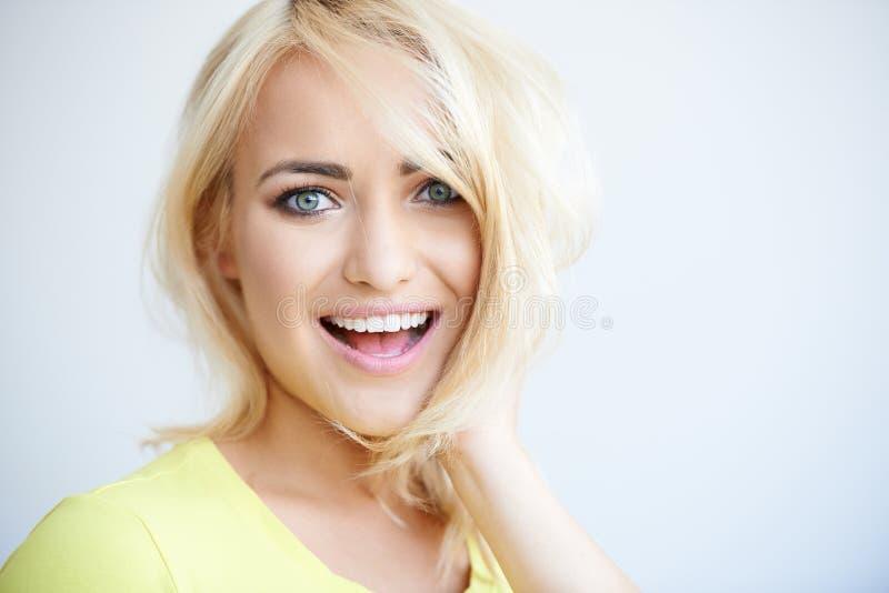 Γέλιο αρκετά νέα ξανθή γυναίκα στοκ εικόνες