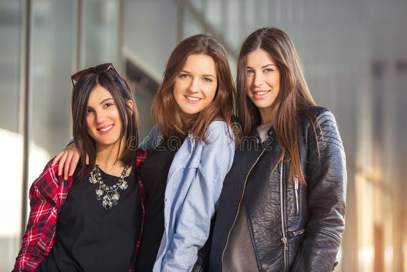 Γέλιο τριών εφήβων φίλων κοριτσιών στοκ φωτογραφία με δικαίωμα ελεύθερης χρήσης