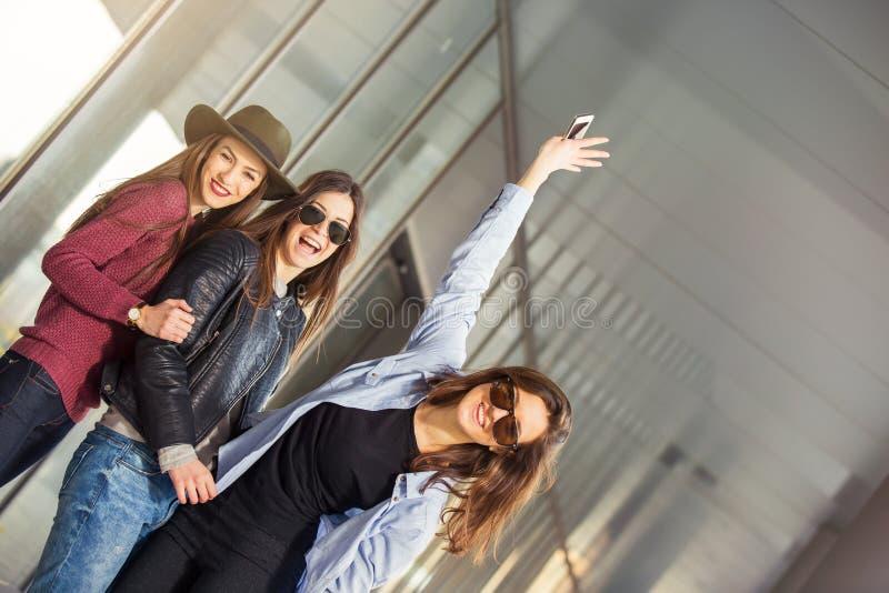 Γέλιο τριών εφήβων φίλων κοριτσιών στοκ εικόνες