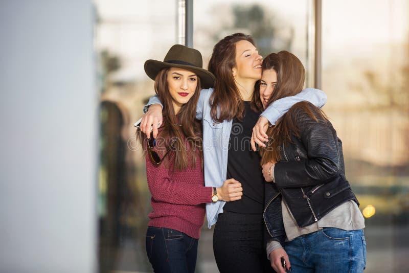 Γέλιο τριών εφήβων φίλων κοριτσιών στοκ εικόνα