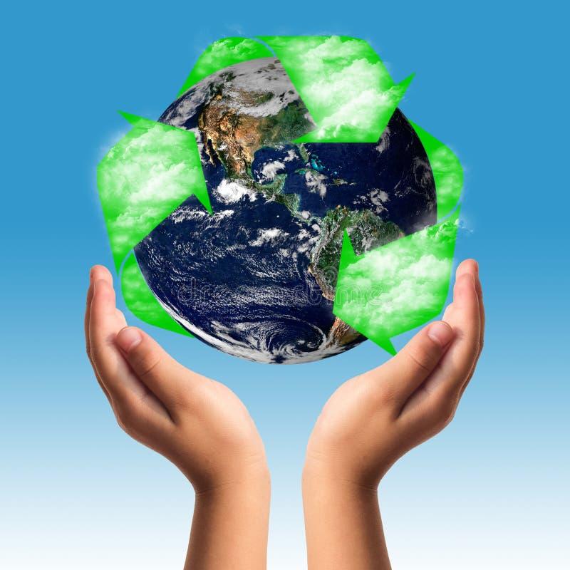 Γήινη προσοχή με την έννοια χεριών βοηθείας στοκ εικόνα