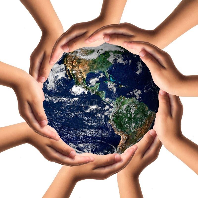 Γήινη προσοχή με την έννοια χεριών βοηθείας στοκ φωτογραφία με δικαίωμα ελεύθερης χρήσης