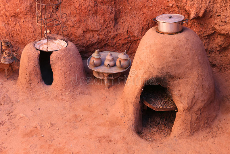Γήινοι φούρνοι και κατσαρόλες τσαγιού στοκ φωτογραφία