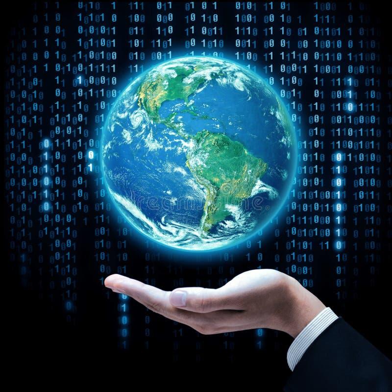 Γήινος πλανήτης εκμετάλλευσης χεριών επιχειρηματιών Τα στοιχεία αυτής της εικόνας εφοδιάζονται από τη NASA ελεύθερη απεικόνιση δικαιώματος