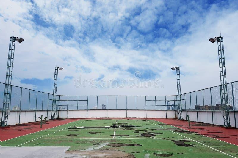 Γήπεδο αντισφαίρισης αποβλήτων με το επίγεια σπάσιμο και το πλημύρισμα στοκ εικόνα