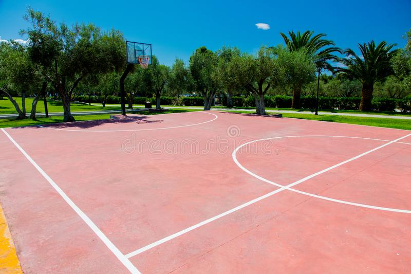 Γήπεδο μπάσκετ σε υπαίθριο στην τροπική περιοχή στοκ εικόνες