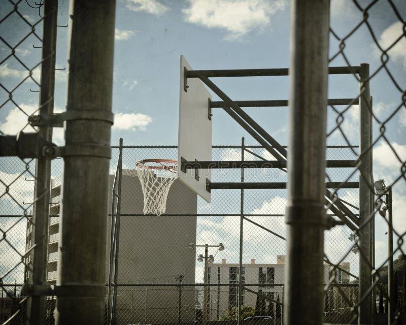 Γήπεδο μπάσκετ στη σύνδεση αλυσίδων στοκ φωτογραφία