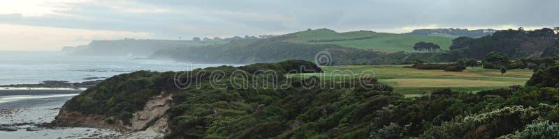 Γήπεδο του γκολφ και ωκεανός στοκ εικόνες