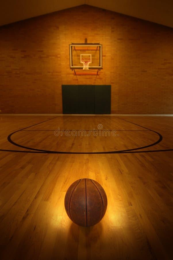 Γήπεδο μπάσκετ και νίκη και επιτυχία στεφανών στοκ φωτογραφίες