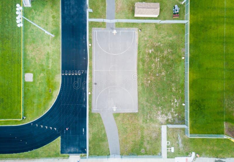 Γήπεδο μπάσκετ και τρέχοντας εναέρια άποψη διαδρομών στοκ φωτογραφία