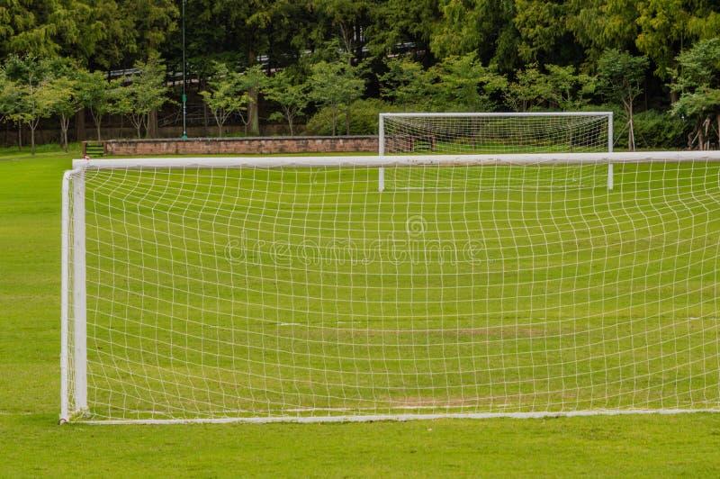 Γήπεδο ποδοσφαίρου με έναν στόχο στο πρώτο πλάνο και έναν στο υπόβαθρο στοκ εικόνα