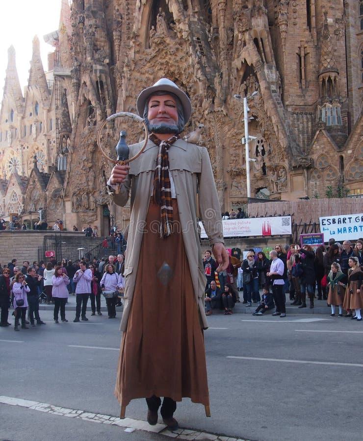 Γίγαντας μπροστά από Segrada Familia, Βαρκελώνη στοκ εικόνα