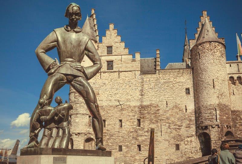 Γίγαντας figur Lange Wapper, του αστείου φλαμανδικού φολκλορικού χαρακτήρα και του μεσαιωνικού φρουρίου Het STEEN με τους τουβλότ στοκ εικόνες