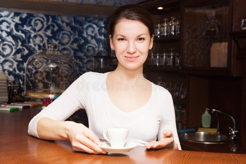 Γίνοντας νέο κορίτσι καφές στοκ φωτογραφίες με δικαίωμα ελεύθερης χρήσης