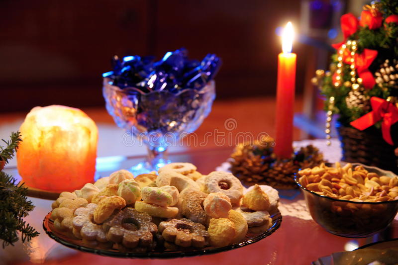 γίνοντα γλυκά παλατιών μπισκότων Χριστουγέννων μελόψωμο στοκ εικόνα