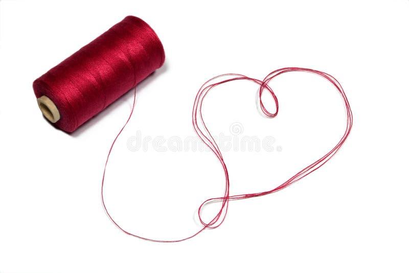 γίνοντα καρδιά κόκκινο νήμα στοκ φωτογραφία με δικαίωμα ελεύθερης χρήσης