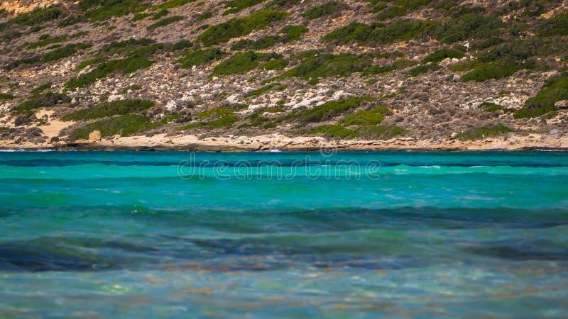Γαλήνιες σκιές του μπλε νερού στη θάλασσα στοκ εικόνα