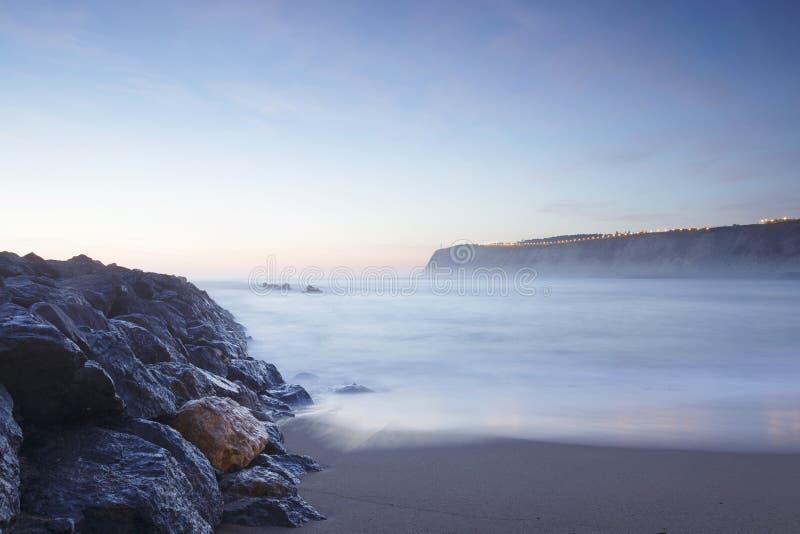 Γαλήνιο seascape στην παραλία Arrigunaga, Biscay, βασκική χώρα, SPA στοκ φωτογραφία με δικαίωμα ελεύθερης χρήσης