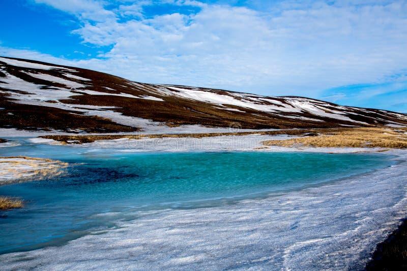 Γαλαζοπράσινη λίμνη πάγου στις ορεινές περιοχές της Ισλανδίας στοκ εικόνες με δικαίωμα ελεύθερης χρήσης