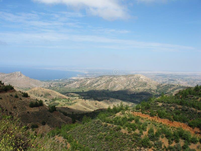 γαλαζοπράσινοι ουρανοί βουνών στοκ εικόνα