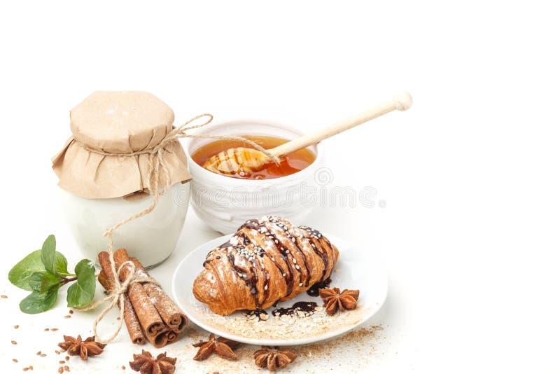 Γαλακτοκομικά προϊόντα με το γλυκάνισο και την κανέλα σε ένα άσπρο υπόβαθρο κατανάλωση υγιής στοκ φωτογραφία