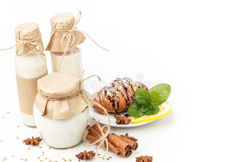 Γαλακτοκομικά προϊόντα με το γλυκάνισο και την κανέλα σε ένα άσπρο υπόβαθρο Υγιής κατανάλωση   στοκ εικόνα με δικαίωμα ελεύθερης χρήσης
