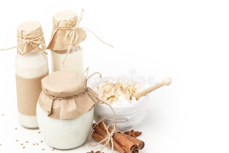 Γαλακτοκομικά προϊόντα με το γλυκάνισο και την κανέλα σε ένα άσπρο υπόβαθρο κατανάλωση υγιής απομονωμένος στοκ εικόνα