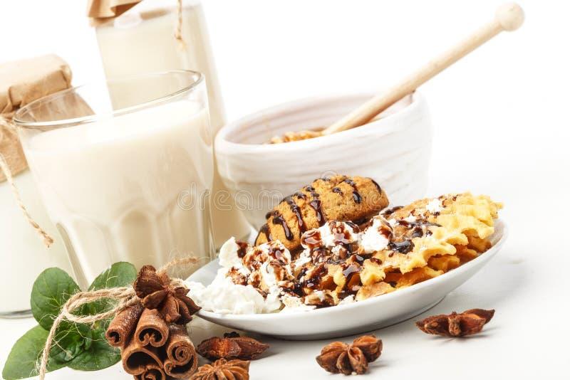Γαλακτοκομικά προϊόντα με το γλυκάνισο και την κανέλα σε ένα άσπρο υπόβαθρο Υγιής κατανάλωση   στοκ φωτογραφία με δικαίωμα ελεύθερης χρήσης