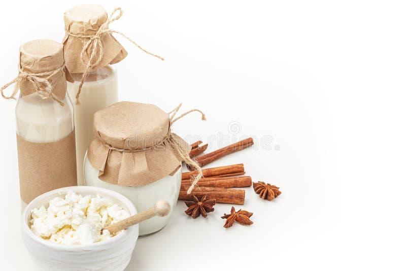 Γαλακτοκομικά προϊόντα με το γλυκάνισο και την κανέλα σε ένα άσπρο υπόβαθρο κατανάλωση υγιής απομονωμένος στοκ φωτογραφίες
