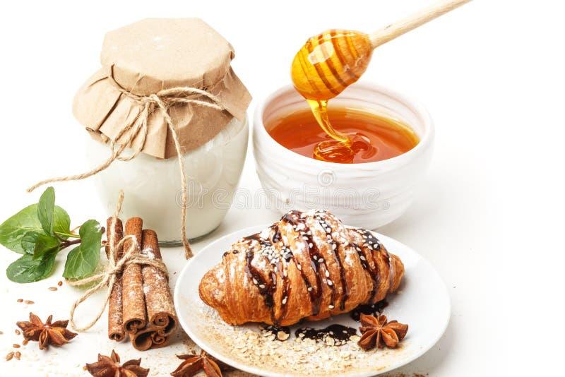 Γαλακτοκομικά προϊόντα με το γλυκάνισο και την κανέλα σε ένα άσπρο υπόβαθρο κατανάλωση υγιής απομονωμένος στοκ φωτογραφίες με δικαίωμα ελεύθερης χρήσης
