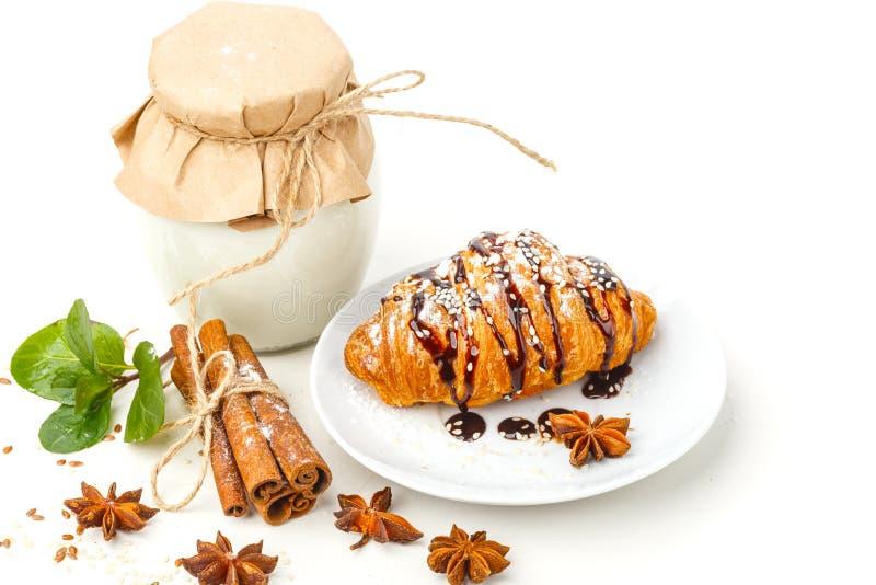 Γαλακτοκομικά προϊόντα με το γλυκάνισο και την κανέλα σε ένα άσπρο υπόβαθρο Υγιής κατανάλωση   στοκ εικόνες