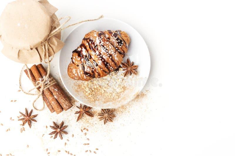 Γαλακτοκομικά προϊόντα με το γλυκάνισο και την κανέλα σε ένα άσπρο υπόβαθρο Υγιής κατανάλωση   στοκ φωτογραφίες με δικαίωμα ελεύθερης χρήσης
