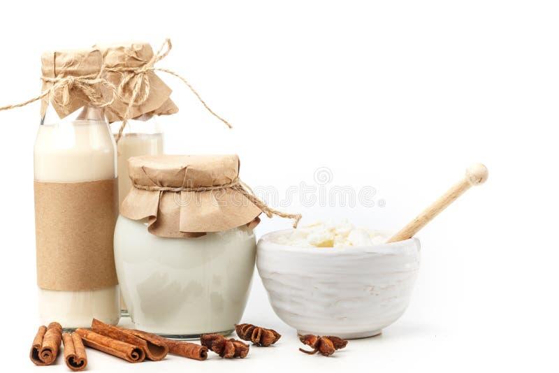 Γαλακτοκομικά προϊόντα με το γλυκάνισο και την κανέλα σε ένα άσπρο υπόβαθρο κατανάλωση υγιής απομονωμένος στοκ φωτογραφία με δικαίωμα ελεύθερης χρήσης