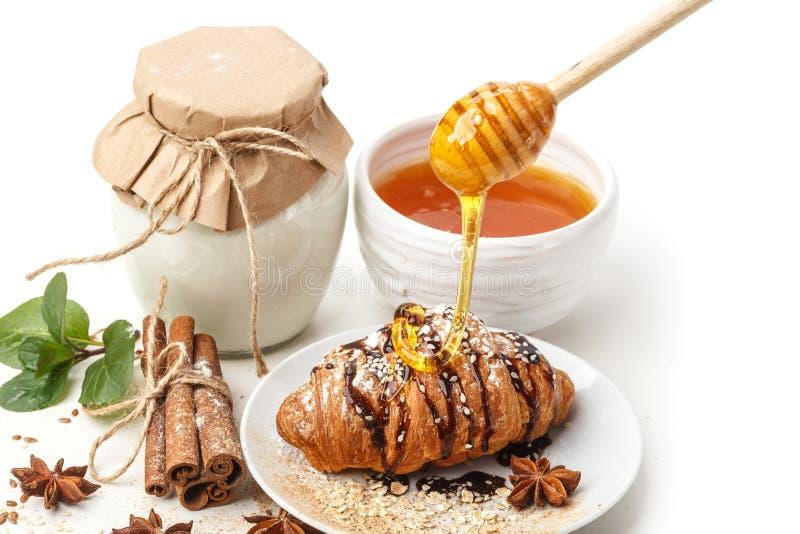 Γαλακτοκομικά προϊόντα με το γλυκάνισο και την κανέλα σε ένα άσπρο υπόβαθρο Υγιής κατανάλωση   στοκ φωτογραφία