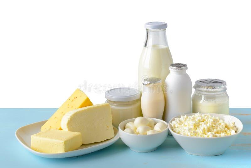 Γαλακτοκομικά προϊόντα στον μπλε ξύλινο πίνακα που απομονώνονται στο λευκό στοκ εικόνα