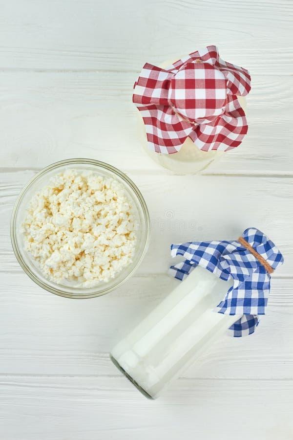 Γαλακτοκομικά προϊόντα στο άσπρο υπόβαθρο στοκ εικόνα