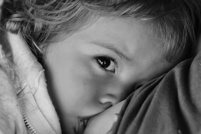 γαλακτοπαραγωγή Ξανθό Hazel-eyed δεδομένο μωρό στήθος στοκ εικόνες