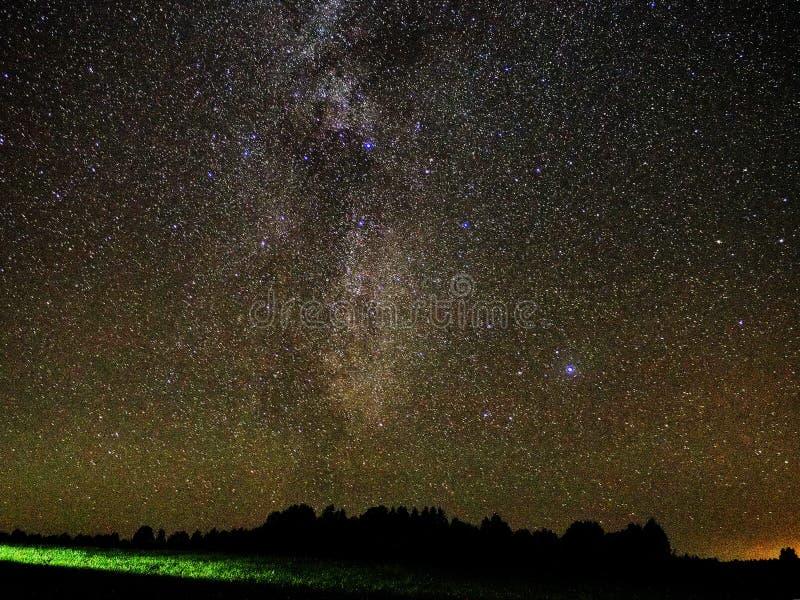 Γαλακτώδεις αστερισμός του Κύκνου αστεριών τρόπων και παρατήρηση αστερισμού λιρετών στοκ φωτογραφία με δικαίωμα ελεύθερης χρήσης