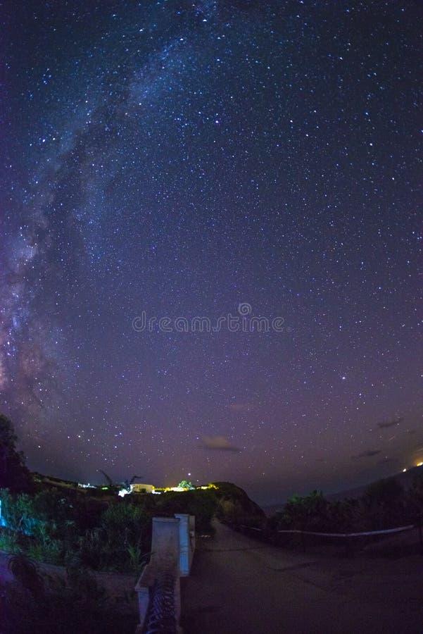 Γαλακτώδεις τρόπος και αστέρια από το νησί Ventotene r στοκ φωτογραφία