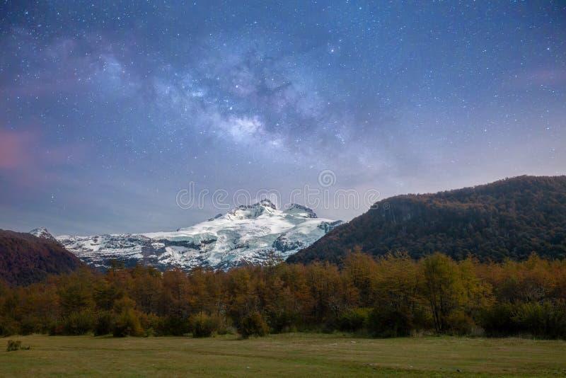 Γαλακτώδες αστέρι γαλαξιών τρόπων που πυροβολείται πέρα από τον παγετώνα και το βουνό της Παταγωνίας στοκ εικόνα με δικαίωμα ελεύθερης χρήσης