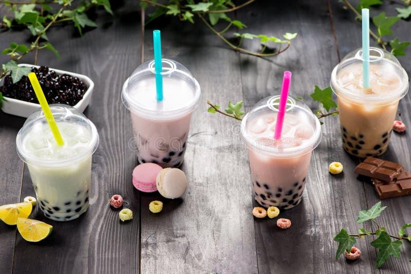 Γαλακτώδες τσάι φυσαλίδων με τα μαργαριτάρια ταπιόκας στο πλαστικό φλυτζάνι στοκ εικόνες με δικαίωμα ελεύθερης χρήσης