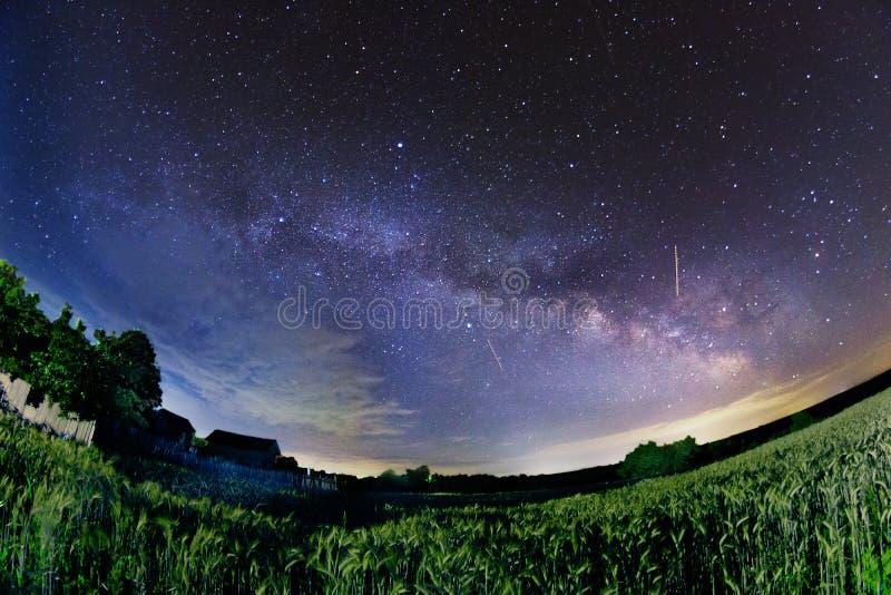Γαλακτώδης γαλαξίας αστεριών τρόπων που πυροβολείται με το fisheye κοντά σε ένα αγροτικό σπίτι στο α στοκ φωτογραφία με δικαίωμα ελεύθερης χρήσης